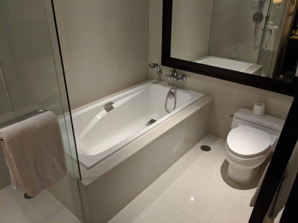 Millennium-Hilton-Bangkok-bathroom1