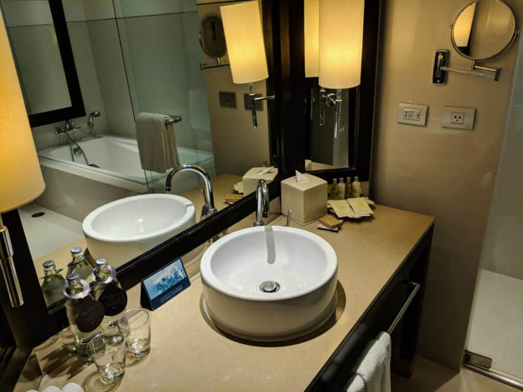Millennium-Hilton-Bangkok-bathroom2