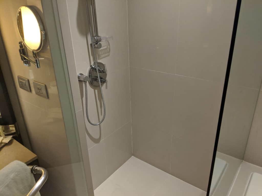 Millennium-Hilton-Bangkok-bathroom3