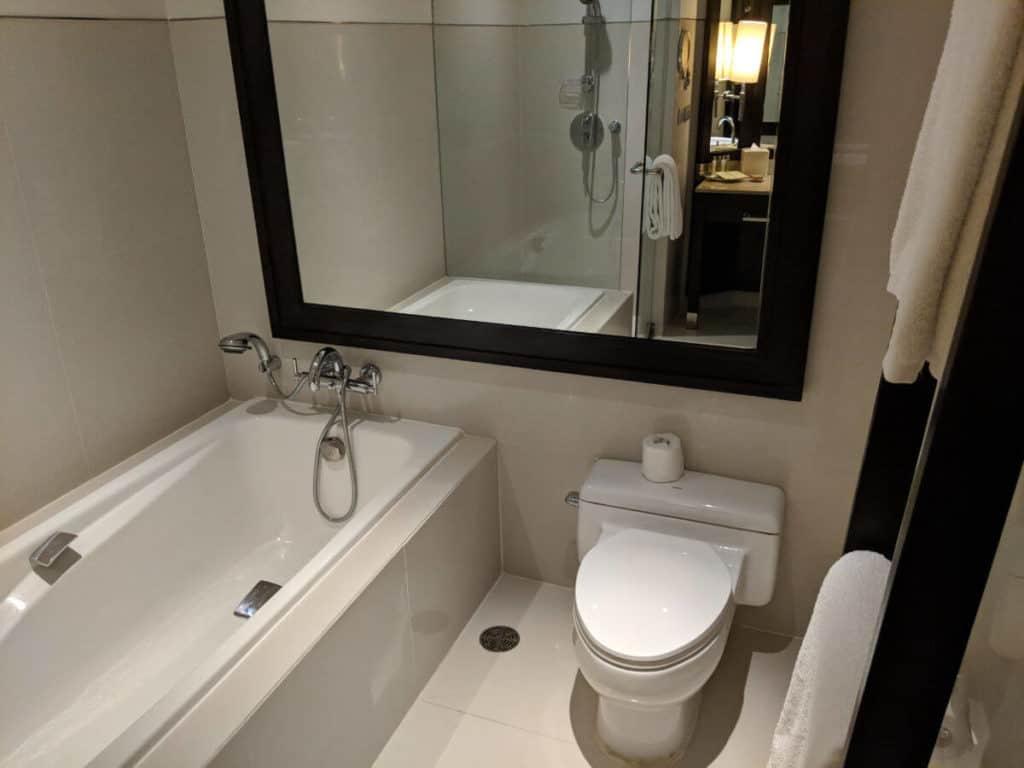 Millennium-Hilton-Bangkok-bathroom4